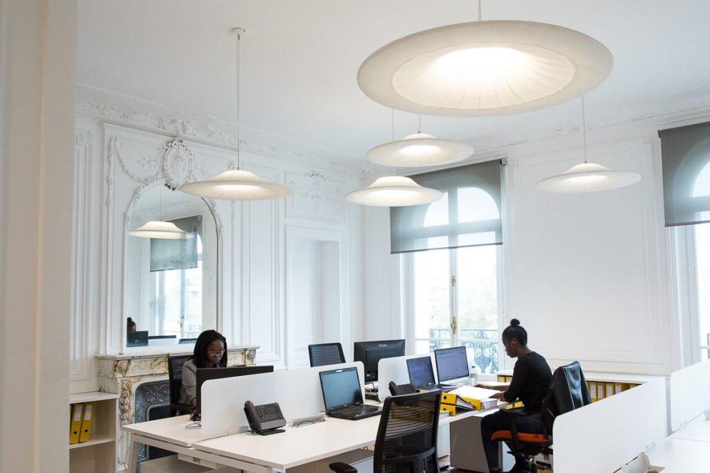 Intérieur de bureau présentant des luminaires acoustiques