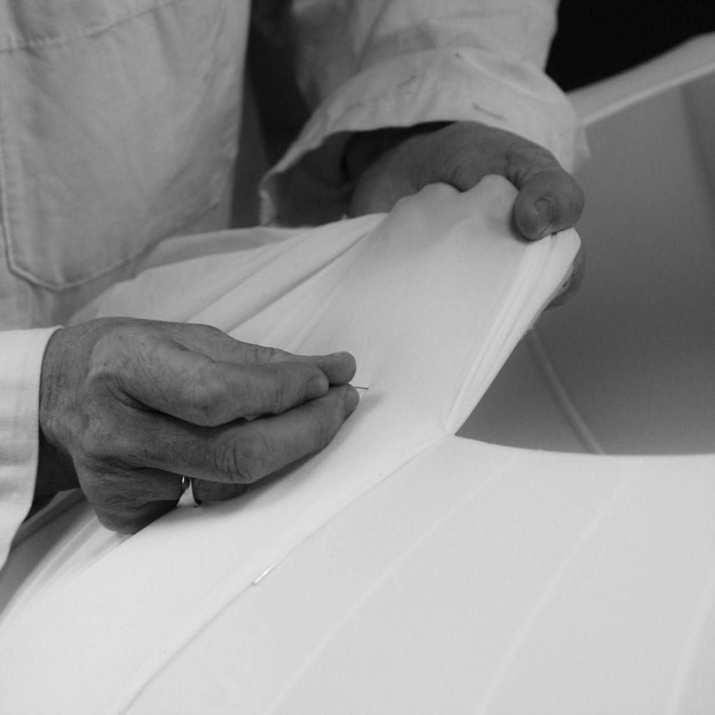 Artisan fabriquant et cousant un abat-jour à la main